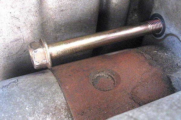 15-スバル-サンバーバン-セルモーター交換-上側のボルトを引き抜く