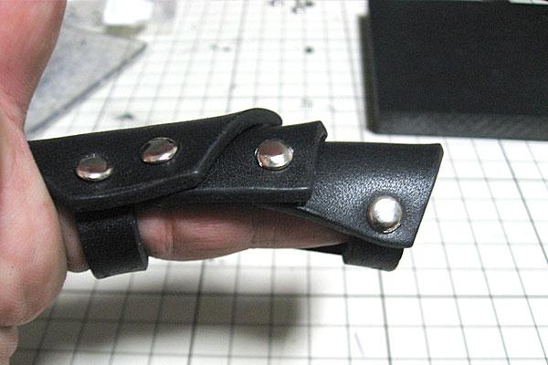 8-レザークラフトでアーマーリング-完成-試着-大人の小指サイズ