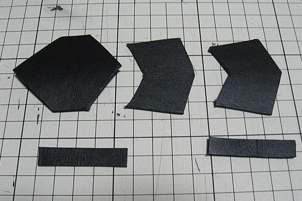 2-レザークラフトでアーマーリング-カッターでざっくり切り出し