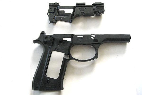 サブフレームをフレームにはめ込む-9mmM9-ドルフィン-Dolphin-セミ-フル-セレクティブ-マシンピストル-マルシン-モデルガン組立キット