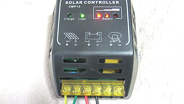 クワ型端子はバッテリーへ-ケーブルはチャージコントローラーへ-それぞれ接続