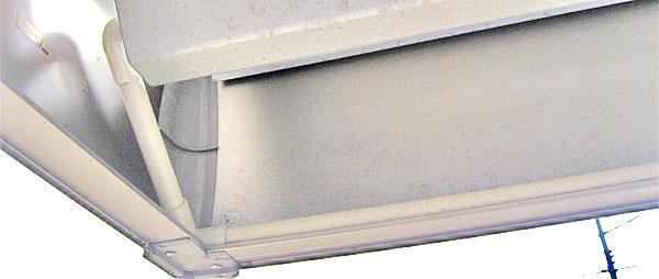 保護管をコの字に取り回してカーポートの裏側にケーブルを回り込ませる