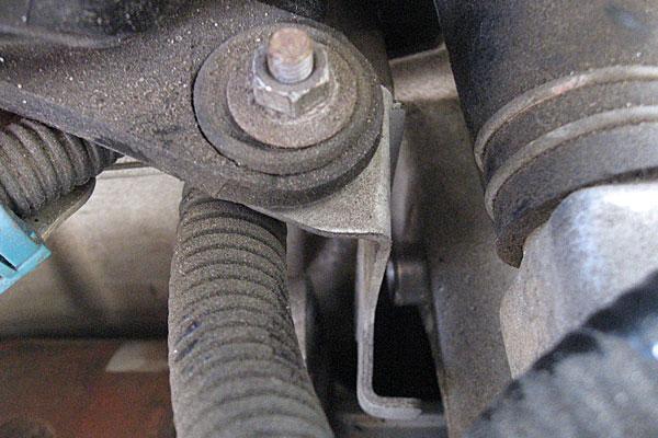 16-スバル-サンバーバン-セルモーター交換-上側のボルトで共締めにされているエアクリーナーボックスのステー