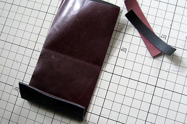 5-レザークラフト-コインケース-小銭入れ-表面と中面の先端部分を仮止めしてカット