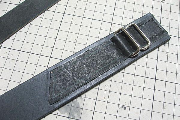 ギボシを取り付けるスペースを接着して溝切り-ギボシ止めハードレザーベルト-レザークラフト