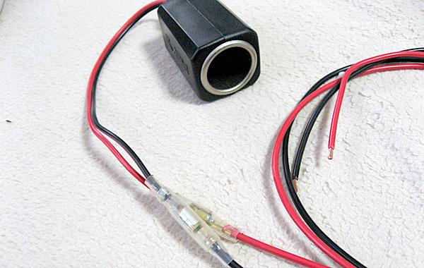 必要な長さのケーブルをキボシを使ってシガーソケットに接続して延長