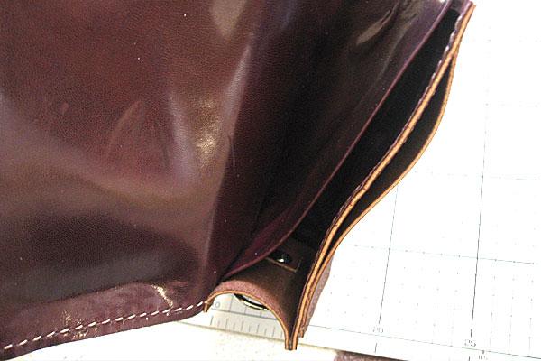 32-レザークラフト-ポシェット-ポーチ-本体とマチの部分-片面縫い終わり-背面側に仕切りも縫込み