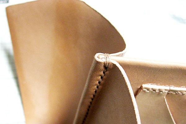 16-レザークラフト-ロングウォレット-長財布-クラッチバッグ-ヌメ革で内部を製作-2つの仕切りを扇形のマチで連結-力の掛かる部分の始末
