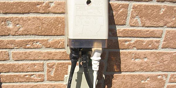 常時電力を消費している屋外の商用電源にGTIからの差込プラグ接続