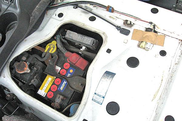 9-スバル-サンバーバン-セルモーター交換-助手席下を開放-カバーを外すとバッテリーやヒューズにアクセスできます