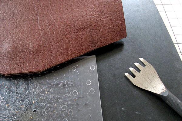19-レザークラフト-ポシェット-ポーチ-菱目打ちで縫い穴をあける