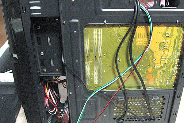9-マザーボード背面に通せるケーブルは背面で