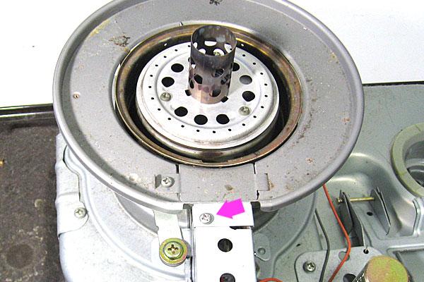 9-コロナ-CORONA-石油ストーブ-RX-298W-の芯交換-本体の分解-このビスを外して案内筒リングを外す