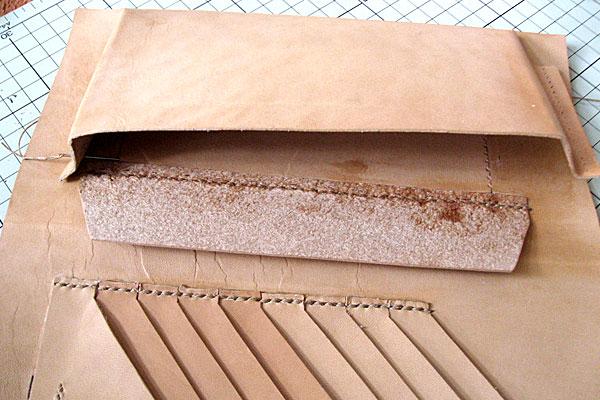 11-レザークラフト-ロングウォレット-長財布-クラッチバッグ-ヌメ革で内部を製作-フラップを縫いつけてからマチ部分を縫っていく