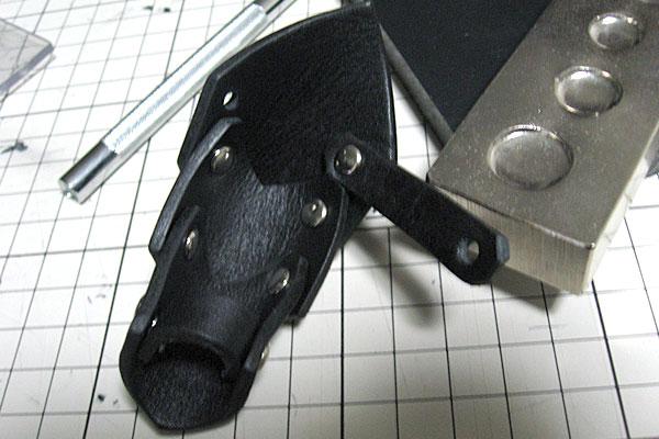 7-レザークラフトでアーマーリング-打ち台を使ってカシメ-徐々にアーマーリングっぽく-2