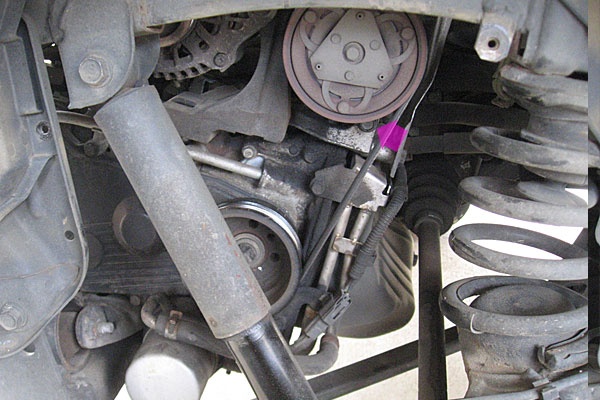 7-コンプレッサーの取り外し-マグネットクラッチ側-一番キツくしまっているボルト
