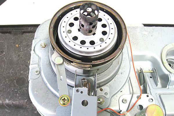 10-コロナ-CORONA-石油ストーブ-RX-298W-の芯交換-本体の分解-このビスを外して案内筒リング取り外し完了