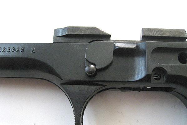 ラッチリリースボタンとディスアッセンブリーラッチの組み付け完了-フロントエジェクターピン-9mmM9-ドルフィン-Dolphin-セミ-フル-セレクティブ-マシンピストル-マルシン-モデルガン組立キット