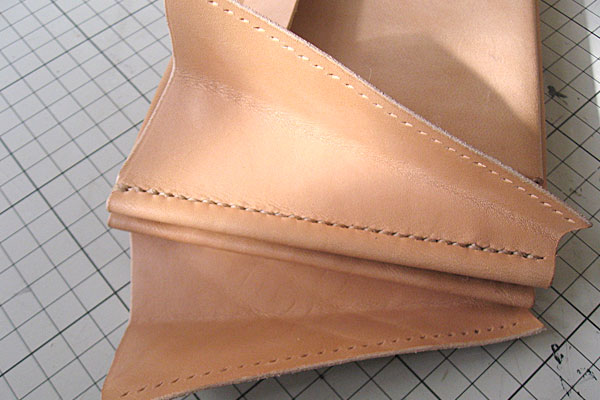 25-レザークラフト-ロングウォレット-長財布-クラッチバッグ-本体-ガワ-の製作-最終縫製と仕上げ-マチの部分も菱目打ち