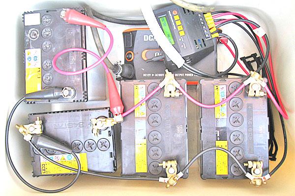 バッテリー、インバーター、チャージコントローラーを接続