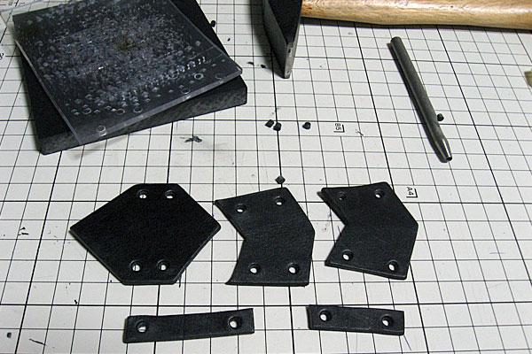 4-レザークラフトでアーマーリング-カシメ打ちする部分にハトメ抜きで穴あけ