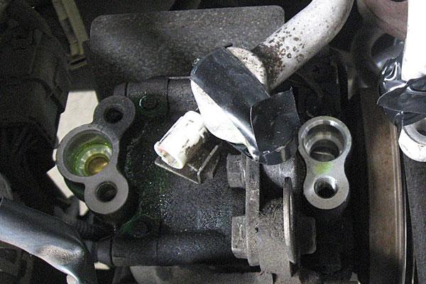 9-コンプレッサーの取り外し-2つのホースを取り外しテープでホコリ防止