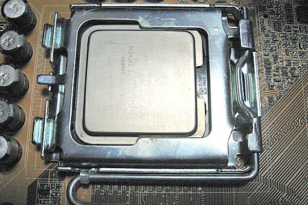10-逆の手順でIntel-Core2-EXTREME-QX6800を取り付ける
