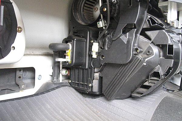 15-カーエアコン用冷媒の充填-サンバーのサイトグラス-ガス確認窓-は助手席の足元