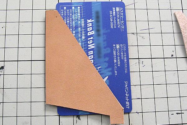4-レザークラフト-ロングウォレット-長財布-クラッチバッグ-ヌメ革で内部を製作-カードホルダー用の革を切り出す