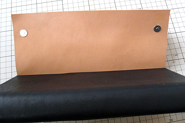 22-レザークラフト-ロングウォレット-長財布-クラッチバッグ-本体-ガワ-の製作-形を整えながら仮止め接着していく-完全に接着する前にマグネットを取り付けておく-2