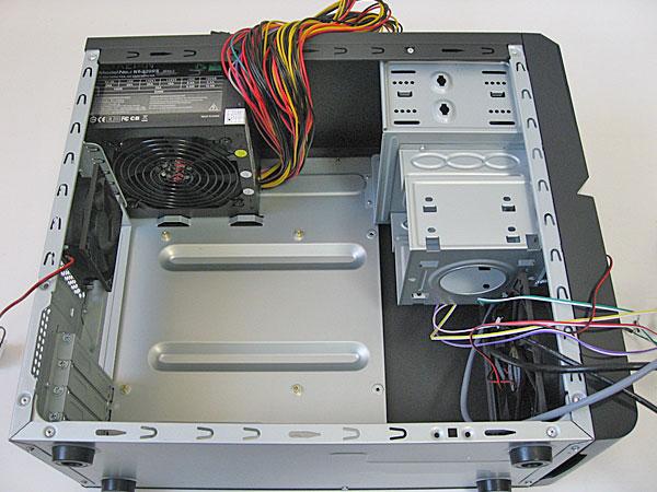 PCケースにマザーボードなどを組み込む