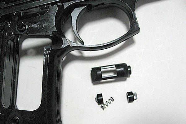 マガジンキャッチの組み立て-9mmM9-ドルフィン-Dolphin-セミ-フル-セレクティブ-マシンピストル-マルシン-モデルガン組立キット