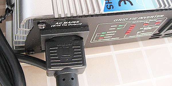 グリッド・タイ・インバーターに付属の電源ケーブルを接続