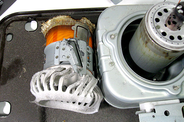 15-コロナ-CORONA-石油ストーブ-RX-298W-の芯交換-本体の分解-しんと芯押えを引き抜く