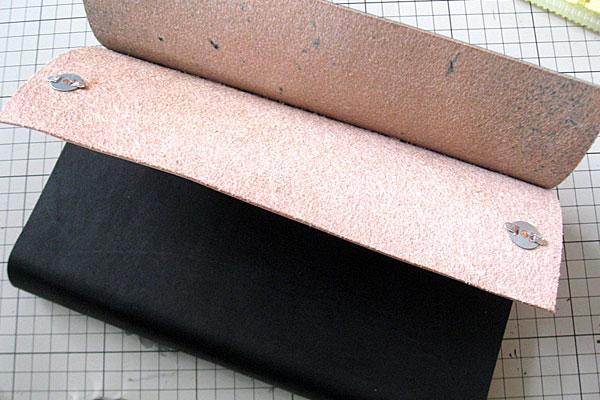 21-レザークラフト-ロングウォレット-長財布-クラッチバッグ-本体-ガワ-の製作-形を整えながら仮止め接着していく-完全に接着する前にマグネットを取り付けておく