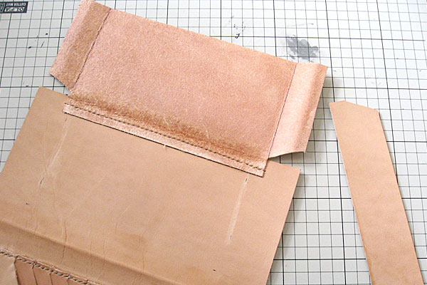 10-レザークラフト-ロングウォレット-長財布-クラッチバッグ-ヌメ革で内部を製作-マチ付きポケットにフラップをつけてみる