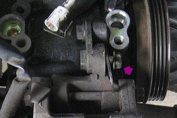 11-コンプレッサーの取り外し-この上側のボルトと下側のボルトを外すとコンプレッサーを取り外すことができる