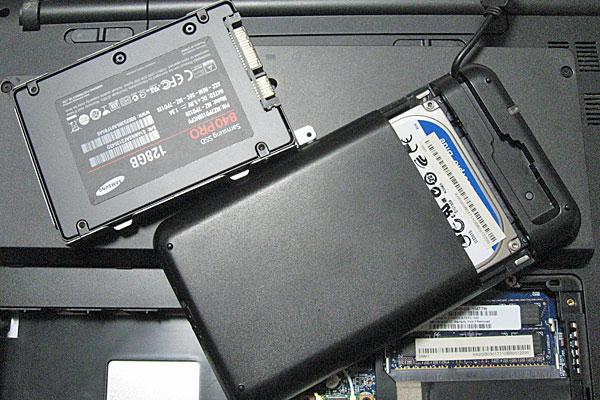 SSDをステーに取り付け、HDDはケースに入れて有効活用