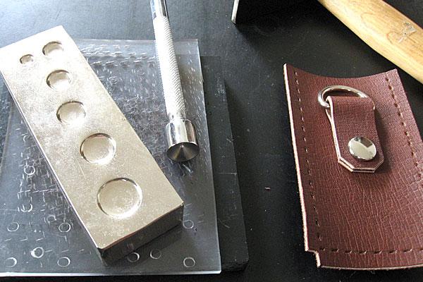 26-レザークラフト-ポシェット-ポーチ-マチの部分にベルト用のDリングをカシメ