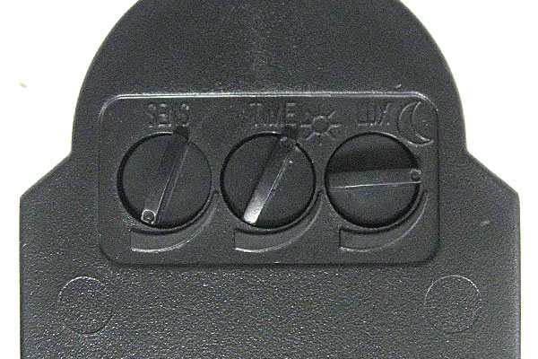 3-センサー下部の調整ツマミ-感度-点灯時間-周囲の暗さ