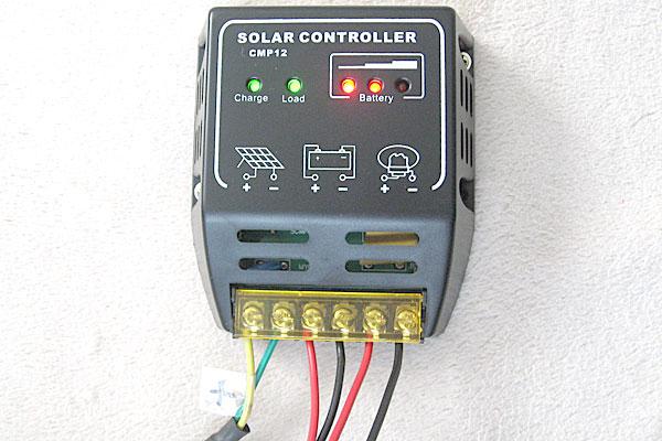 チャージコントローラーに10Wソーラーパネルとバッテリーとシガーソケットを接続完了