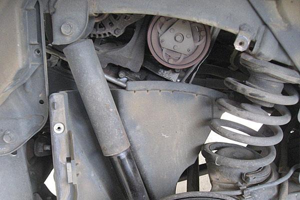 6-コンプレッサーの取り外し-運転席側リヤタイヤの奥のカバーは少し外し辛い