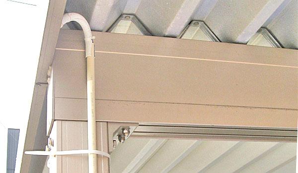 カーポートの柱に保護管を固