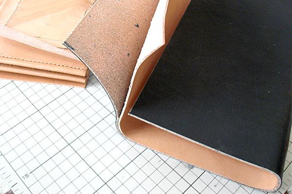 19-レザークラフト-ロングウォレット-長財布-クラッチバッグ-本体-ガワ-の製作-形を整えながら仮止め接着していく