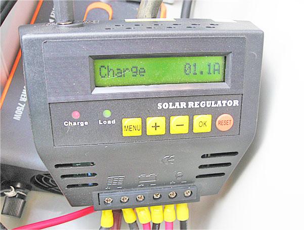 ソーラーパネルとケーブルを繋いでチャージコントローラーをチェック