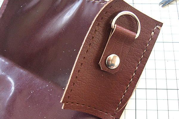 29-レザークラフト-ポシェット-ポーチ-本体とマチの部分を縫っていく-1辺縫い終わり