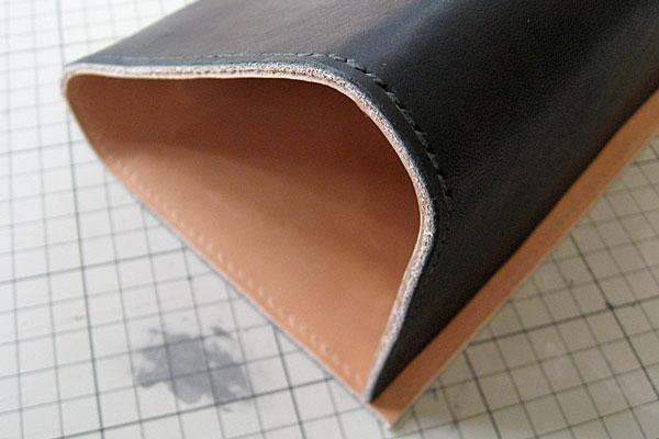 24-レザークラフト-ロングウォレット-長財布-クラッチバッグ-本体-ガワ-の製作-最終縫製と仕上げ-菱目打ちで縫い穴をあける