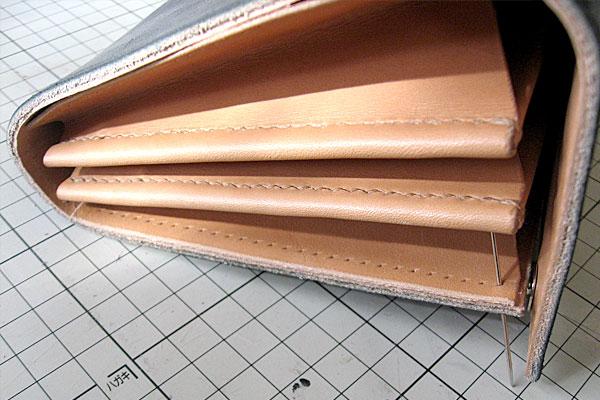 26-レザークラフト-ロングウォレット-長財布-クラッチバッグ-本体-ガワ-の製作-最終縫製と仕上げ-本体とマチの菱目を合わせて仮止めして縫っていきます
