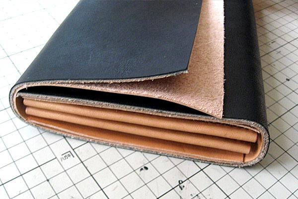 20-レザークラフト-ロングウォレット-長財布-クラッチバッグ-本体-ガワ-の製作-形を整えながら仮止め接着していく-内部仕切りを合わせて完成形をイメージ