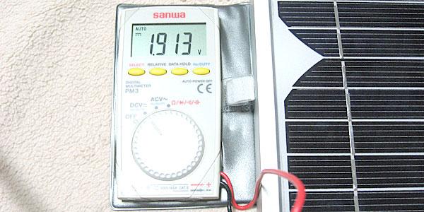 10Wソーラーパネルを蛍光灯の下に置いて電圧を測ってみる